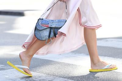 Cara Stylish Pakai Sandal Jepit yang Jadi Tren Favorit Fashionista Dunia