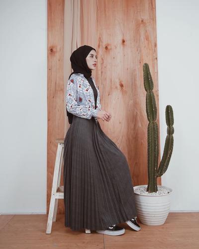 Kemeja Motif dan Ruffle Skirt