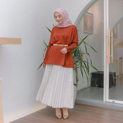 Simple Shirt dengan white Skirt