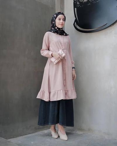 Hijab Style: Cara Padu Padan Tunik Warna Dusty Pink
