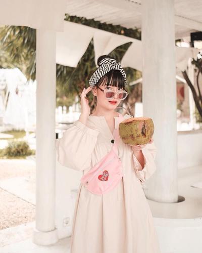 Tampil Lebih Muda bak ABG dengan Style Headband Gemas ala Cherry Dreamy