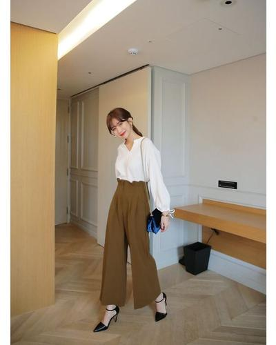 Long Kulot Pant dengan White Blouse