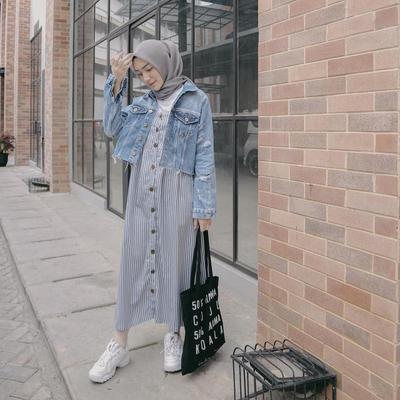 4. Outfit Casual dengan Dress dan Jaket Jeans