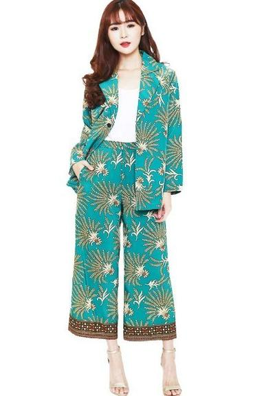 4.   Setelan Kulot Batik dengan Blazer