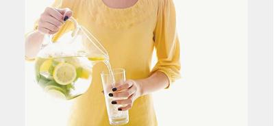 6. Rutin Minum Segelas Air Hangat yang Dicampur Lemon Tiap Pagi
