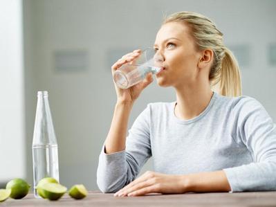 2.Banyak Minum Air Putih Saat Sahur dan Berbuka Puasa