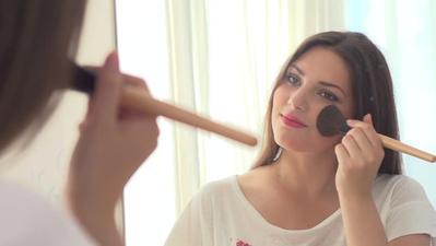 2. Jangan Memakai Kosmetik untuk Sementara Waktu