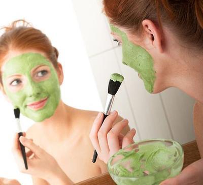 4. Menggunakan Masker Wajah dengan Bahan Alami