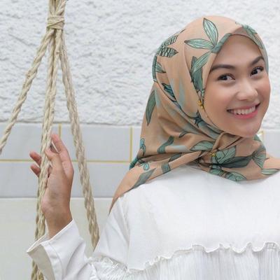 8 Koleksi Scraf Hijab Indah Nada Puspita yang Chic, Cocok Buat Lebaran!