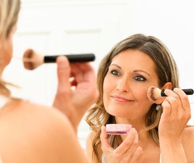 Tips Makeup Wanita Usia 40-an untuk Samarkan Penampakan Keriput