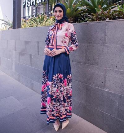 1. Tampil Anggun dengan Dress Bermotif Bunga