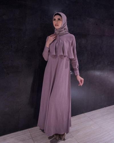 3. Terlihat Elegan dengan Dress Warna Deep Grey