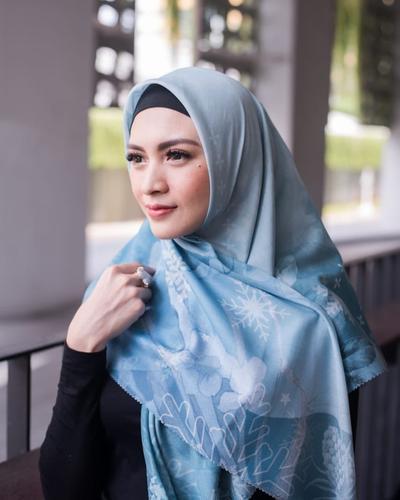 Mantap Hijrah, 8 Gaya Hijab Artis Cantik Donita Cocok Dijadikan Inspirasi Pemula