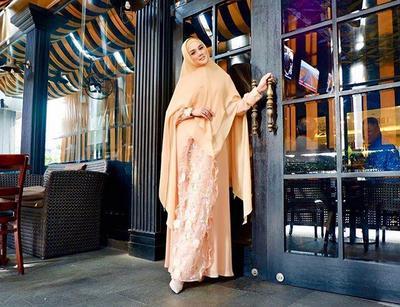 Tampil Cantik dan Anggun di Acara Iftar dengan Model Gamis Syar'i Mulan Jameela