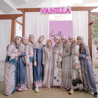 5 Koleksi Dress Vanilla Hijab untuk Tampil Cantik di Hari Raya, Busui Friendly!
