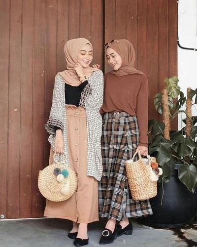 Trend di Kalangan Hijabers, Button Skirt yang Chic untuk Tampilan Hijab Kasual