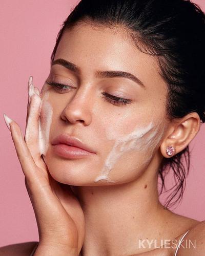 Kylie Jenner Rilis Skincare dengan Harga Terjangkau yang Bikin Wajah Glowing dan Sehat!