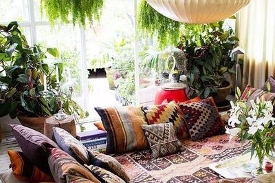 Ruang Tamu dengan Motif  Ramai dan Nuansa Floral
