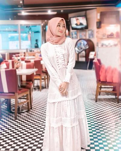 OOTD white Dress dengan Hijab Polos Warna Peach