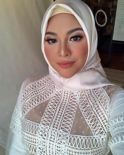 Potret Aurel Hermanyah dengan Hijab Segiempat yang Simple, Bikin Pangling!