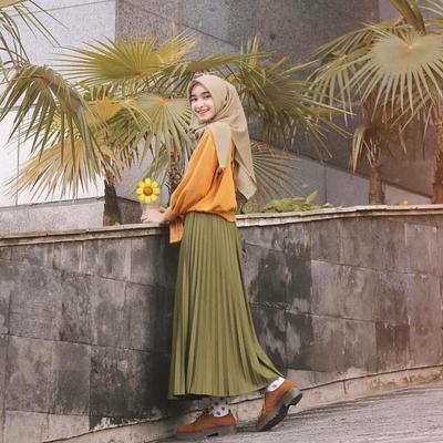 Cantik Banget, Contek 7 Inspirasi Padupadan Rok Plisket ala Selebgram Indonesia