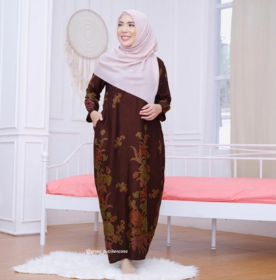 1. Tampil Kalem dengan Gamis Lurus Motif Batik