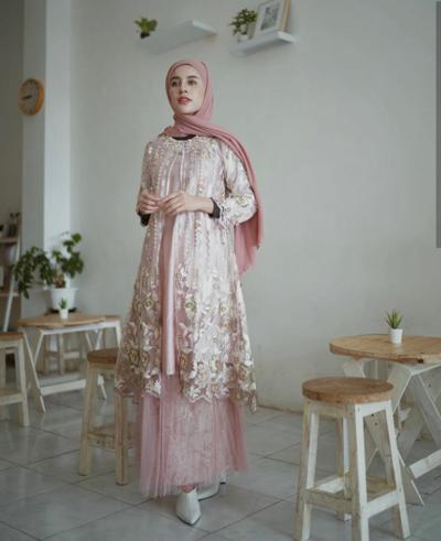 5. Warna Pink yang Cantik ala Aghnia Punjabi