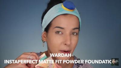 3. Aplikasikan Wardah Instaperfect Matte Fit Powder Foundation