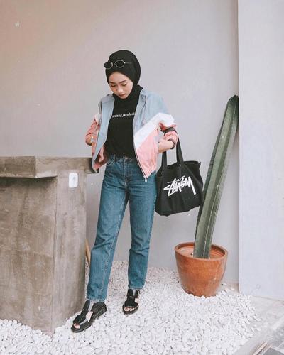 Padu Padan Kaos hitam + Jaket dan Celana Jeans