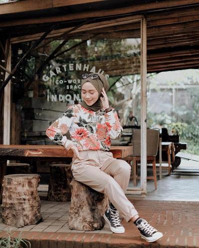 Kemeja Motif Floral Berpadu dengan Celana Chino