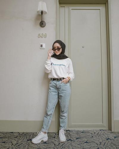 White Sweater + Celana Jeans + Sepatu Sport