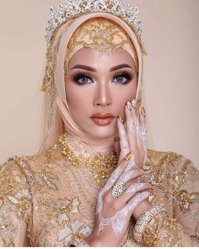 2. Paduan White Henna dan Warna Emas yang Serasi