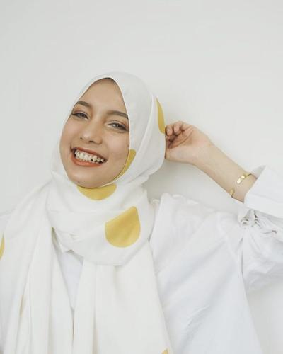 Tak Melulu Hitam, Begini Penampilan Cantik Jenahara dengan Hijab Motif