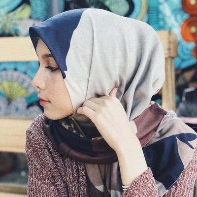 Tampil Anggun dengan Hijab Motif 3 Warna