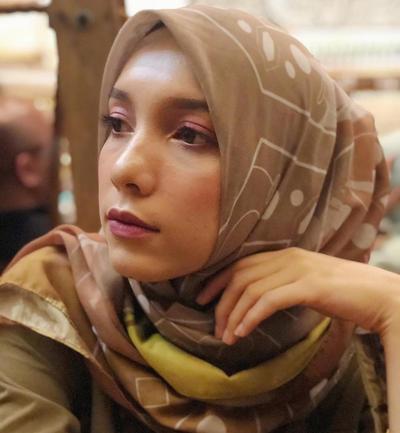 Tampil Manis dalam Balutan Hijab Motif Simetris