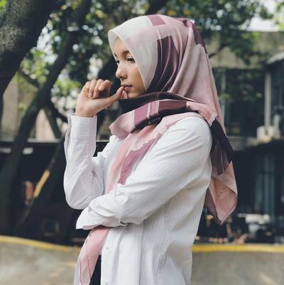 Tampil Cantik dengan Hijab Motif Dominasi Warna Pink