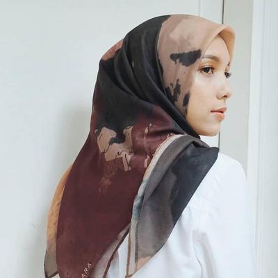 Tampil Elegan dengan Hijab Motif Abstrak