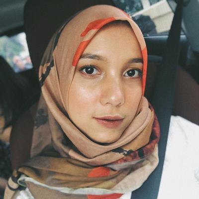 Tampil dengan Hijab Motif Berwarna Dasar Coklat
