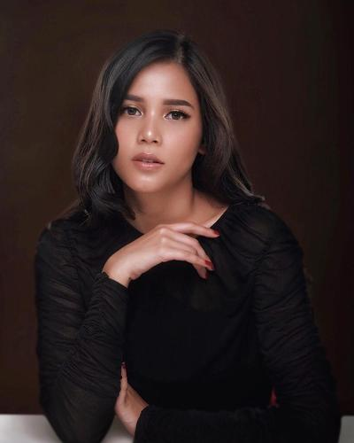 5 Inspirasi Makeup Kulit Sawo Matang ala Yunita Siregar