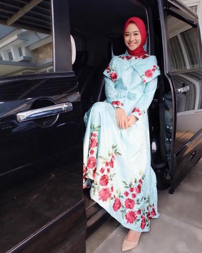 5. Dress Biru Berhias Bunga Merah yang Anggun