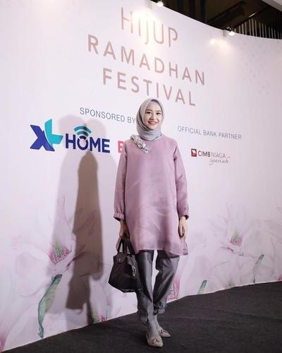 5. Tunik Pink dan Celana Abu yang Modis