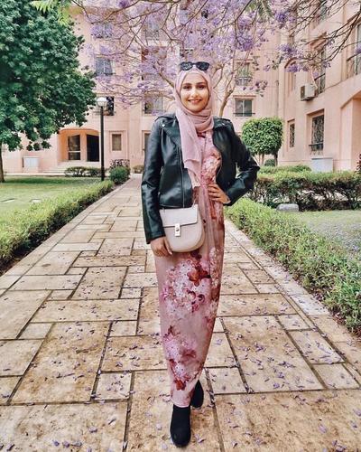 Tampil Lebih Classy, Coba Padu Padan Hijab dan Leather Jacket untuk Sehari-hari