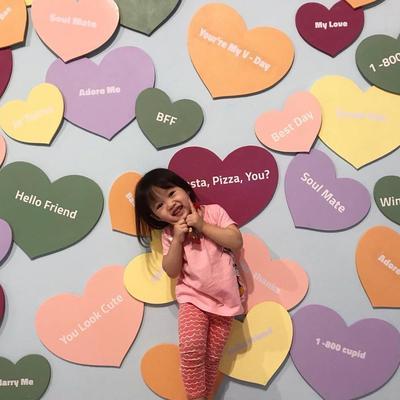 Spot Foto dengan Background Bentuk Love Warna-Warni