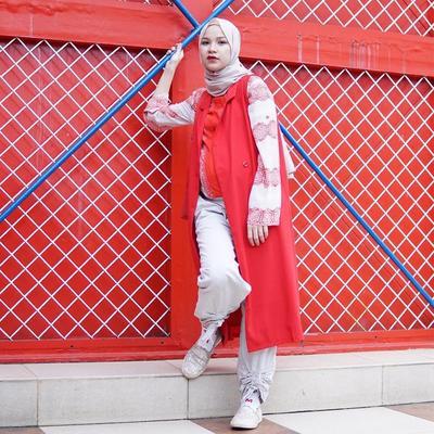 Tampil Percaya Diri dengan Outfit Warna Kuning, Oranye, dan Merah Saat Hamil ala Marsha Natika