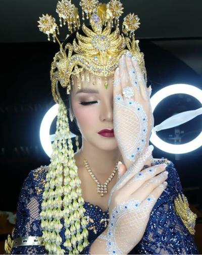 6. Pengantin Sunda Tampil Semakin Cantik Menggunakan White Henna