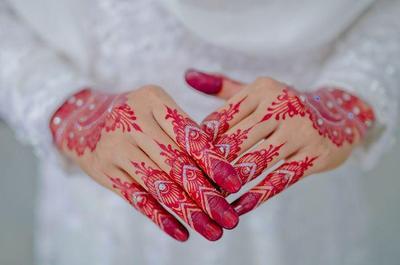 7. Desain Henna Merah dengan Tambahan Payet