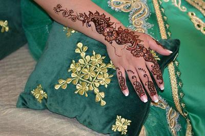 9. Henna yang Menghias hingga Pergelangan Tangan