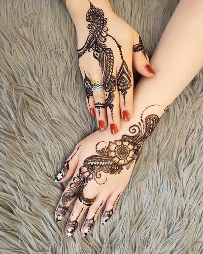 8. Desain Henna Warna Gelap yang Cocok untuk Pemilik Kulit Warna Terang