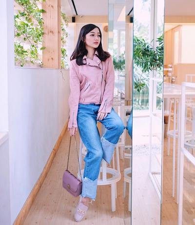 Pink Jacket dan Denim Jeans