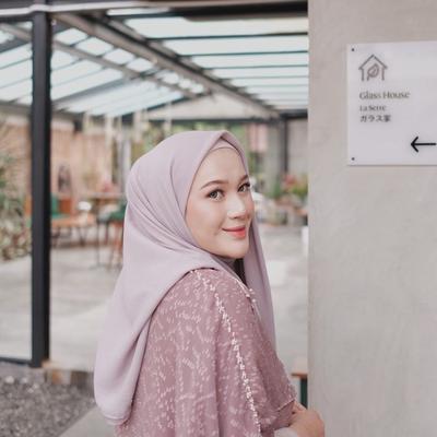 Jangan Cuma Dililit, 4 Tutorial Ini Bikin Kamu Berkreasi dengan Hijab Segiempat